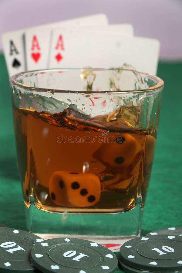 Whisky en kaarten royalty-vrije stock afbeeldingen