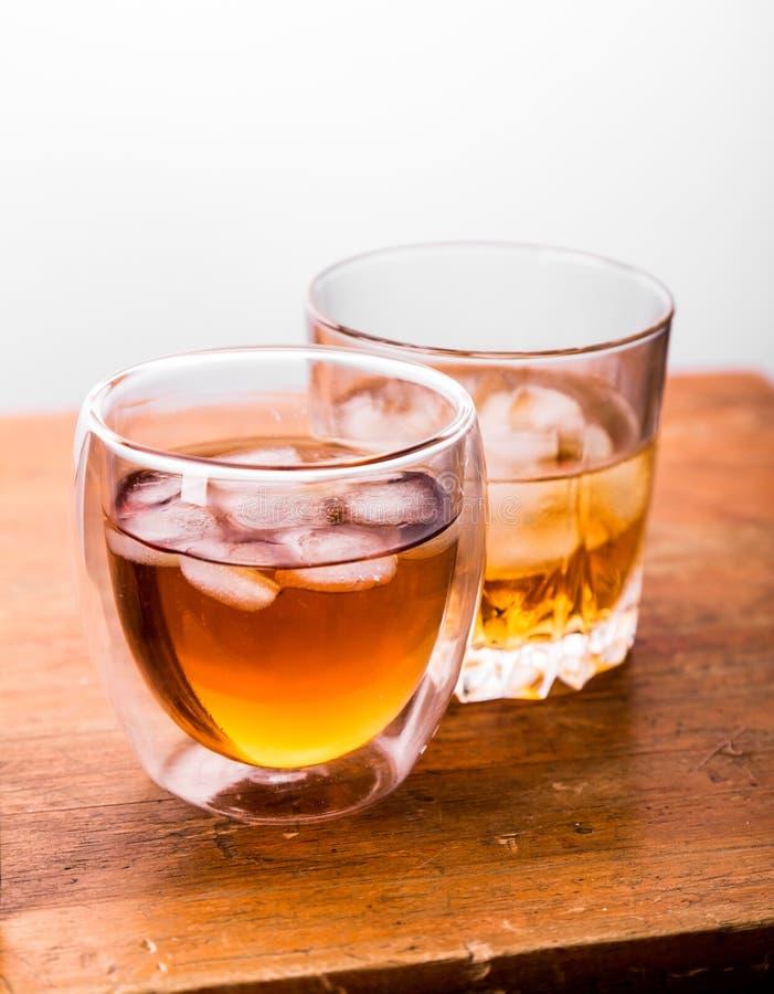 Whisky en vidrios en la tabla de madera fotos de archivo libres de regalías