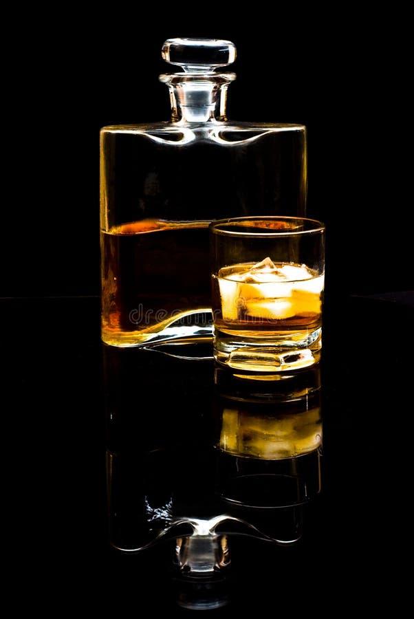 Whisky escocés o borbón y bebida con hielo foto de archivo libre de regalías