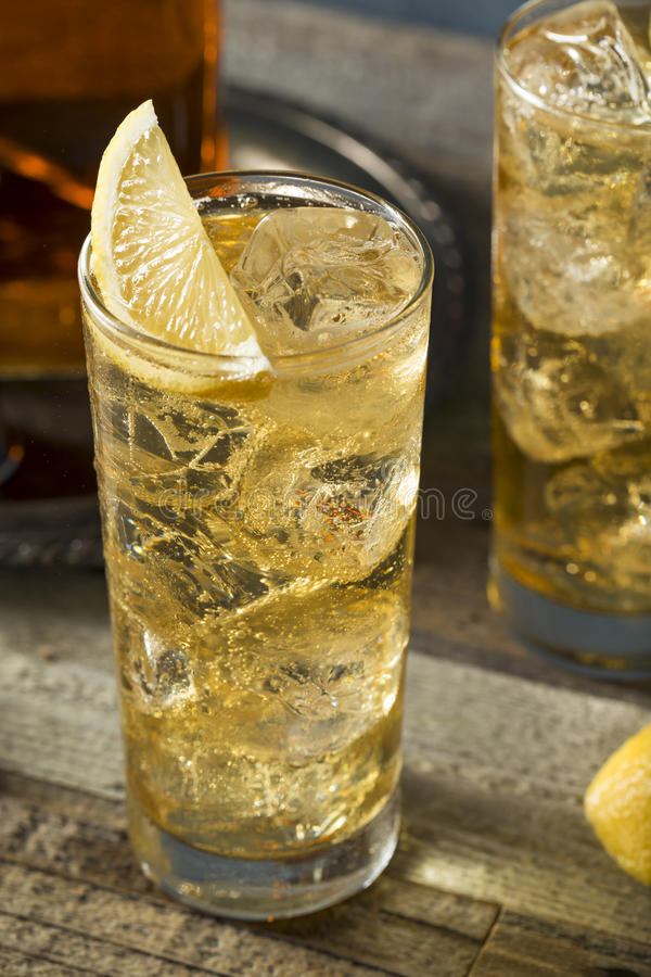 Whisky Highball z Imbirowym Ale obrazy royalty free
