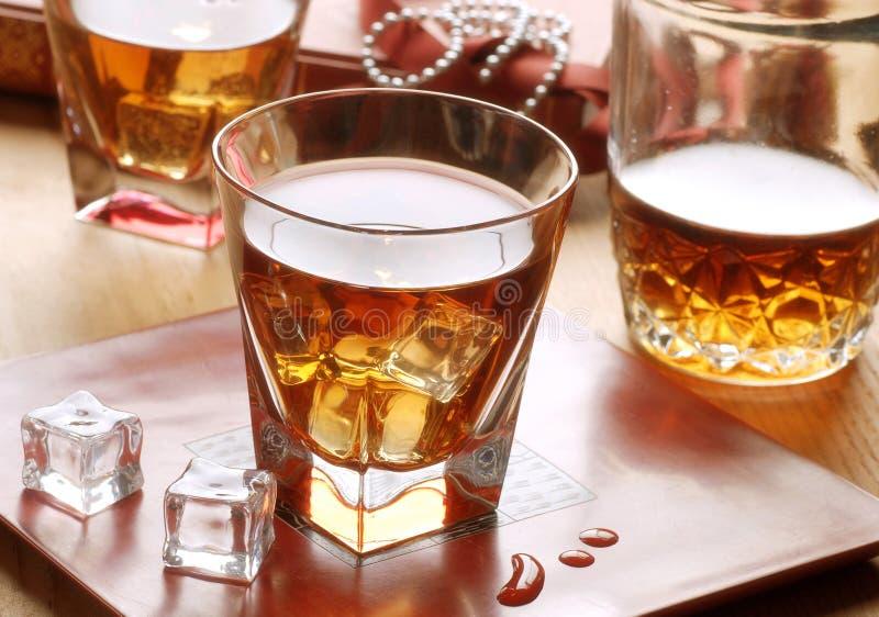 Whisky i den glass torktumlaren fotografering för bildbyråer