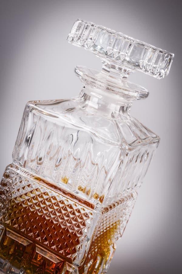 Whisky i den härliga glasflaskan, rom, bourbon, konjak, konjak, glasföremål arkivbilder