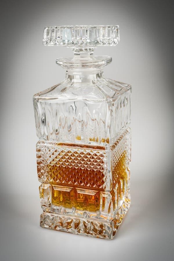 Whisky i den härliga glasflaskan, rom, bourbon, konjak, konjak, glasföremål arkivbild