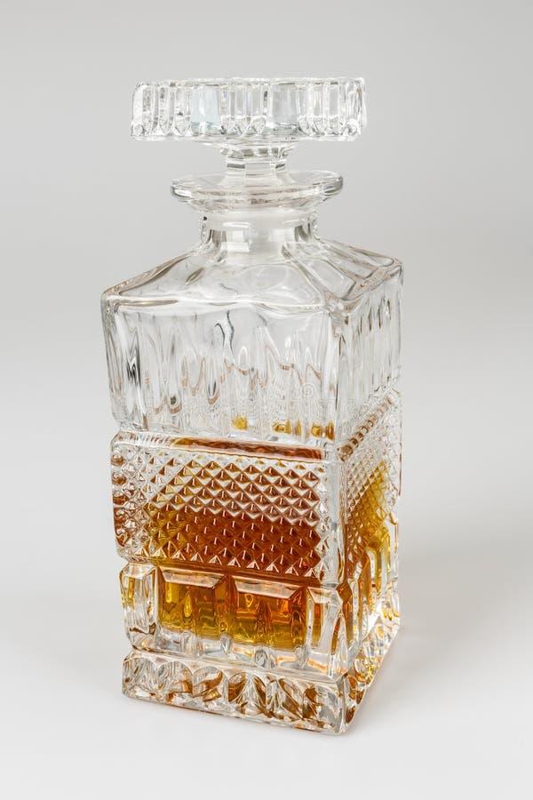 Whisky i den härliga glasflaskan, rom, bourbon, konjak, konjak, glasföremål arkivfoto