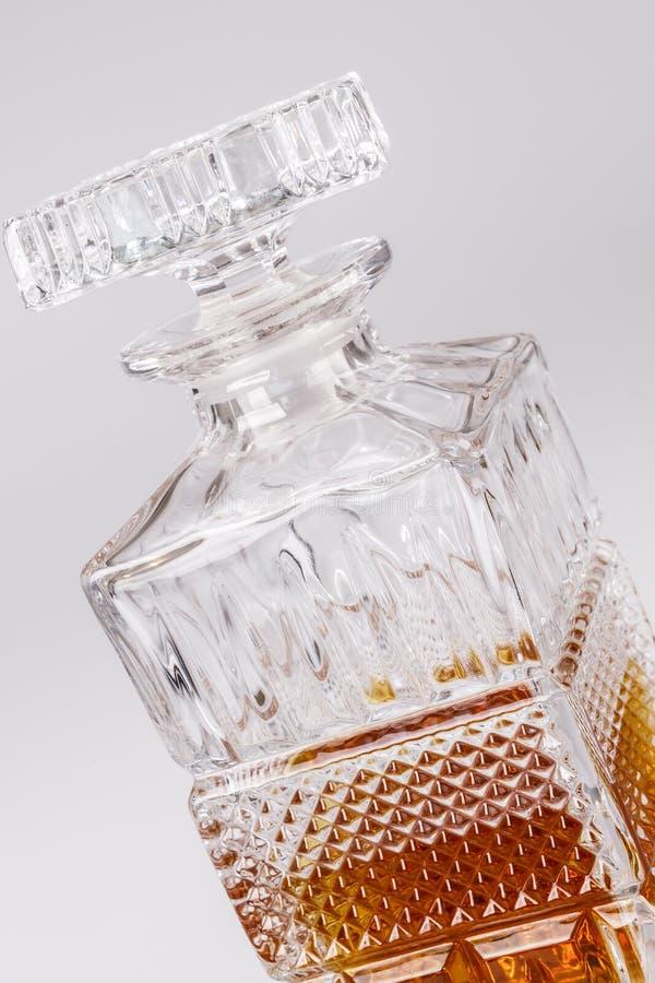 Whisky i den härliga glasflaskan, rom, bourbon, konjak, konjak, glasföremål arkivfoton