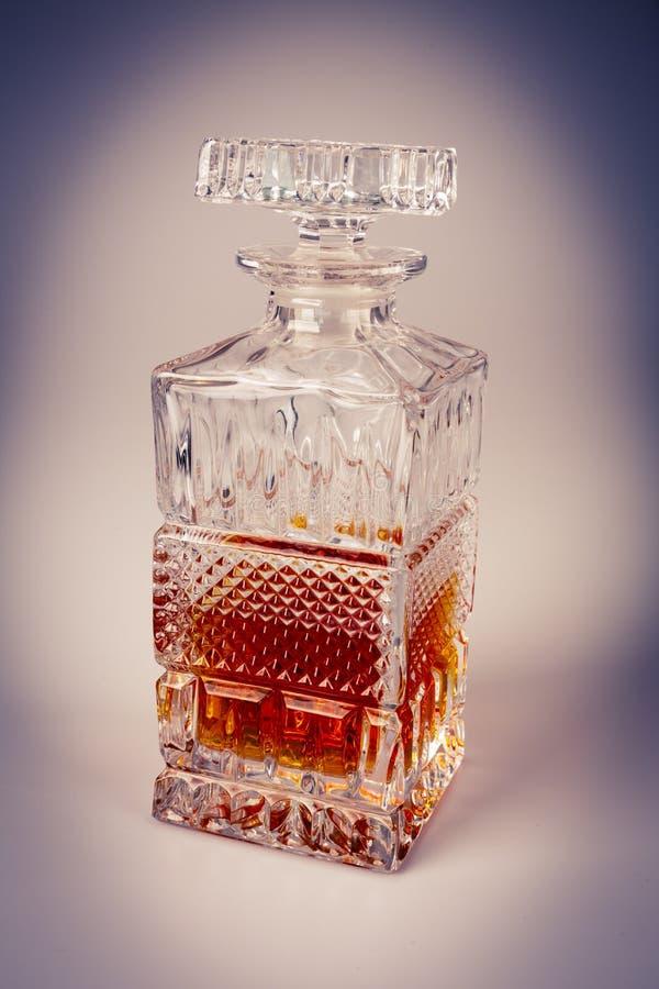 Whisky i den härliga glasflaskan, rom, bourbon, konjak, konjak, glasföremål royaltyfri foto