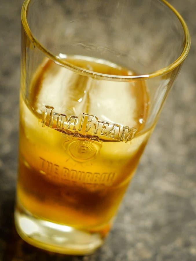 Whisky i ett exponeringsglas med is och cola fotografering för bildbyråer