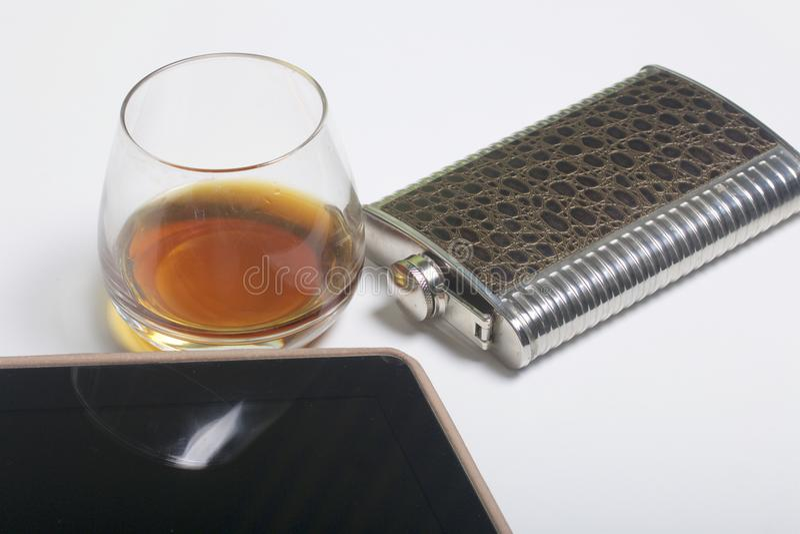 Whisky i ett exponeringsglas och en flaska Därefter är en minnestavla Vila av fridagen fotografering för bildbyråer