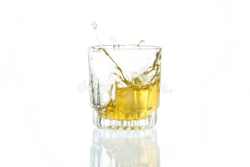 Whisky i vit bakgrund arkivfoton