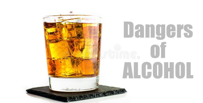 Whisky im Becher lokalisiert auf weißem Hintergrund stockbild