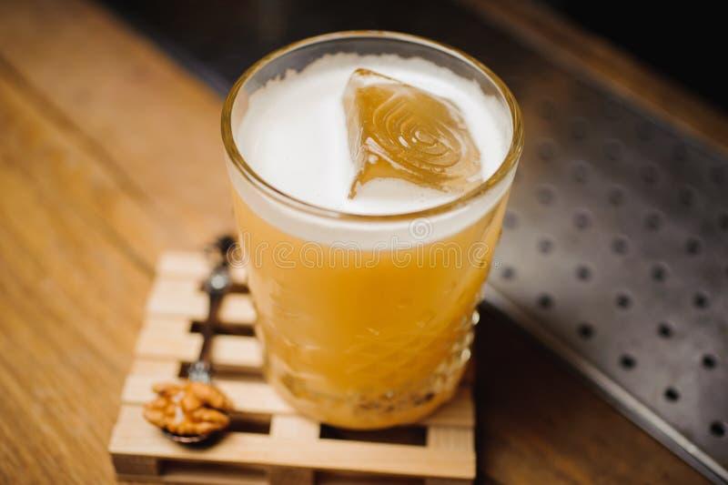 Whisky koktajl i naturalny lód na barze zdjęcie stock