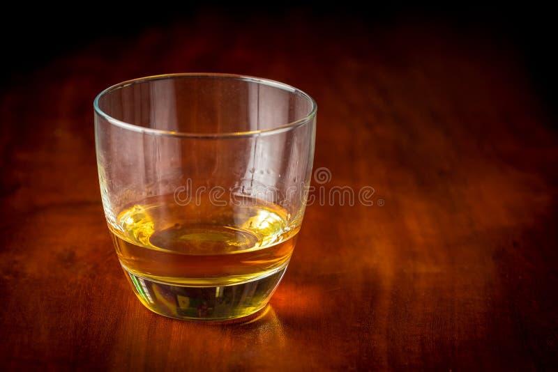 Whisky lub rum na drewnianym stole obraz royalty free