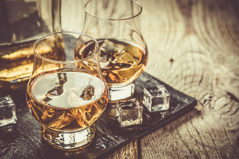 Whisky med is i exponeringsglas royaltyfria foton