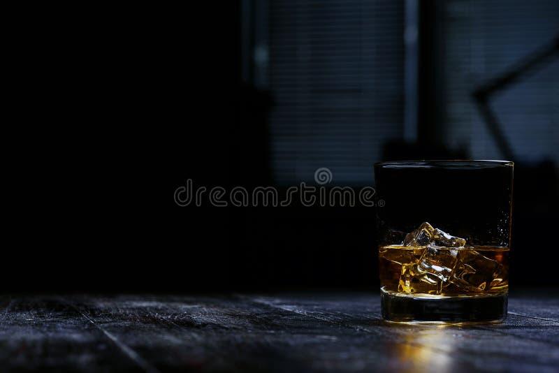 Whisky med is i moderna exponeringsglas royaltyfri bild