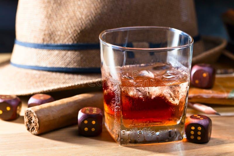 Whisky med is och cigarren royaltyfria foton
