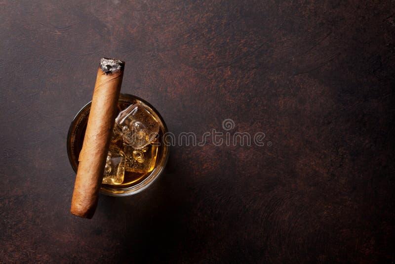 Whisky med is och cigarren royaltyfri bild