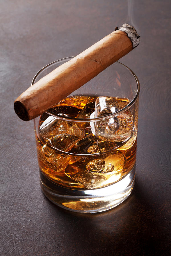 Whisky med is och cigarren royaltyfria bilder