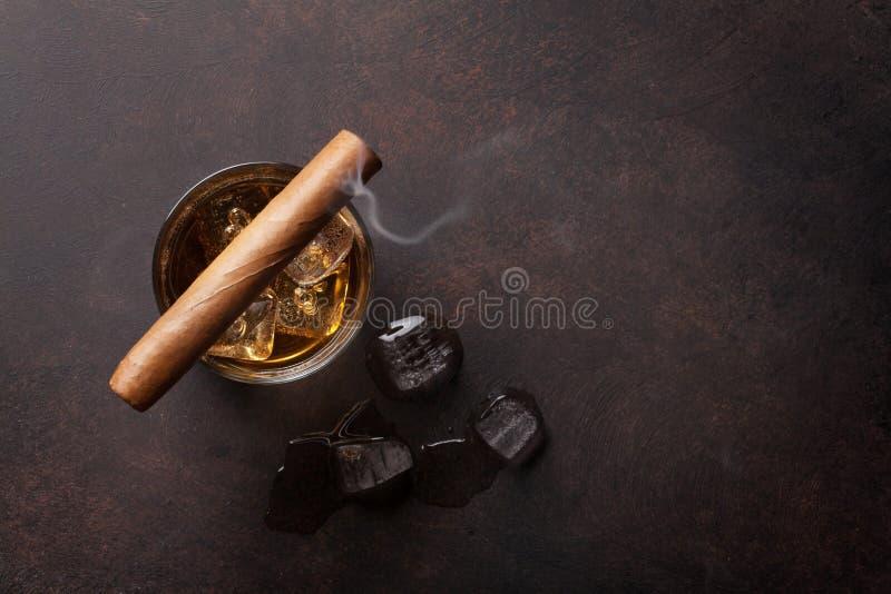 Whisky med is och cigarren royaltyfri fotografi