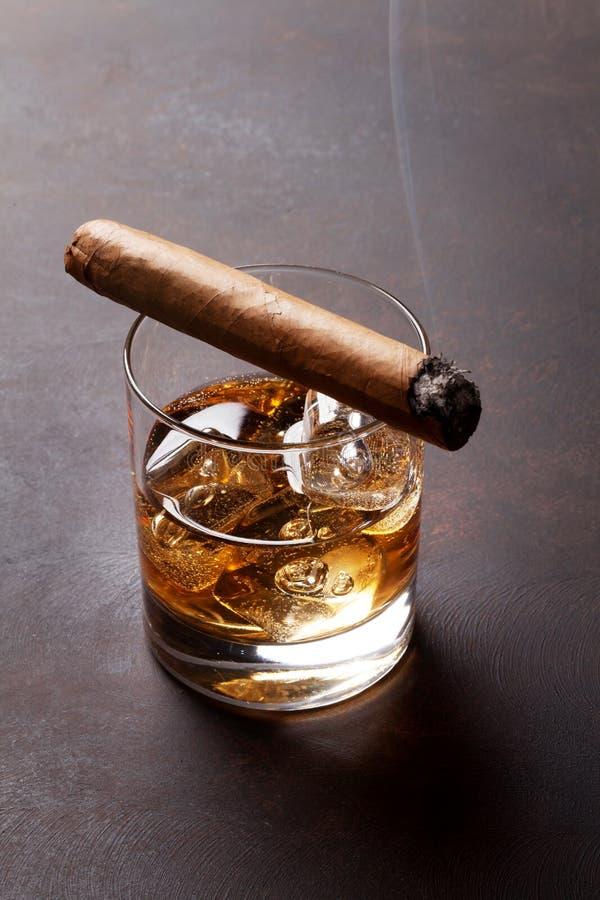Whisky med is och cigarren arkivbilder