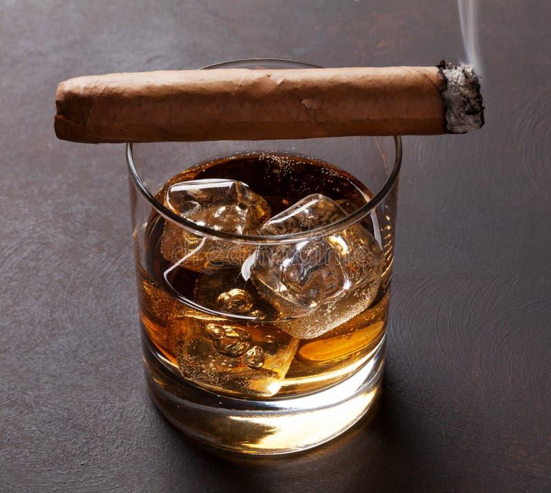 Whisky med is och cigarren royaltyfri foto