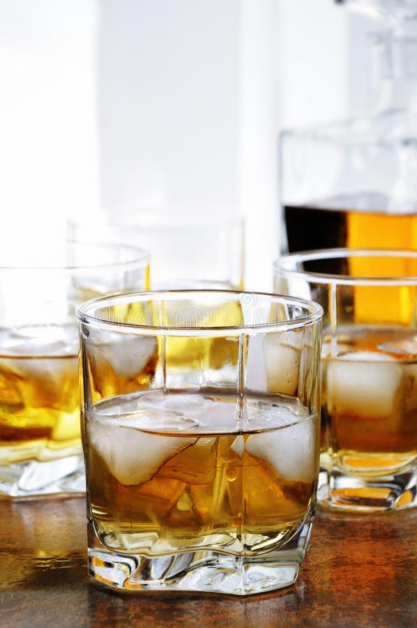 Whisky met gemberbier en kalk stock foto
