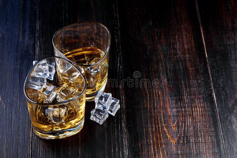 Whisky met ijs in moderne glazen stock afbeelding