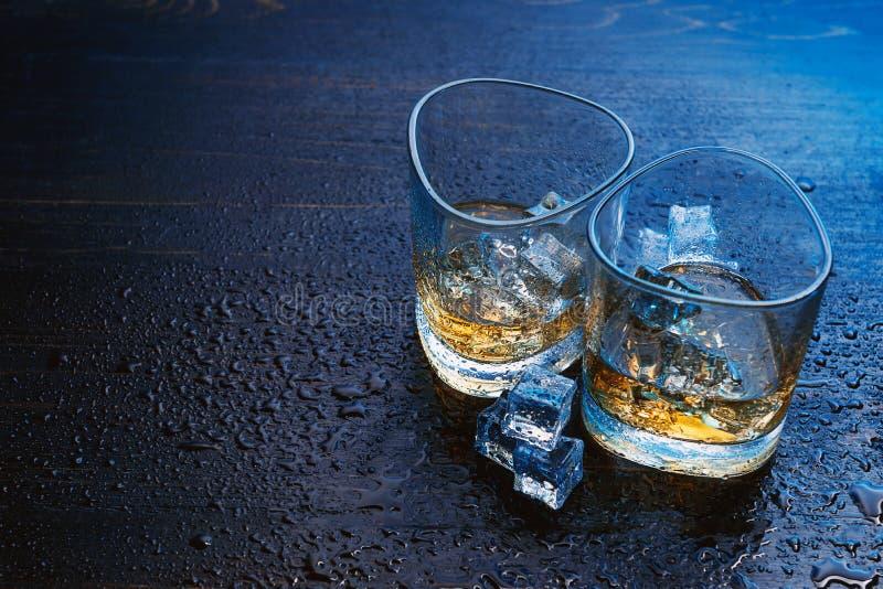 Whisky met ijs in moderne glazen royalty-vrije stock foto's