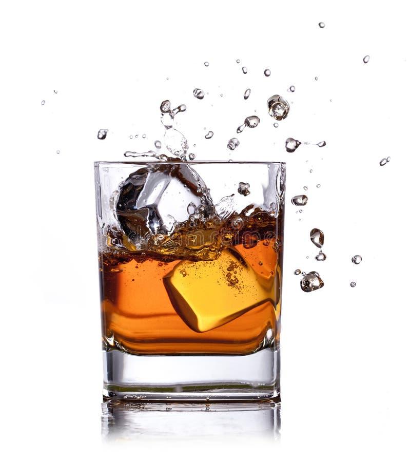 Whisky met ijsblokjes stock foto's