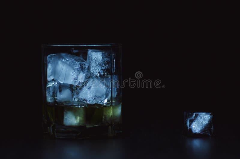 Whisky met natuurlijk ijs royalty-vrije stock foto's