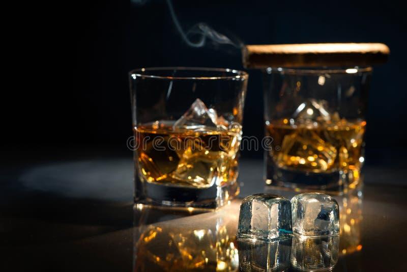 Whisky met rokende sigaar stock afbeelding