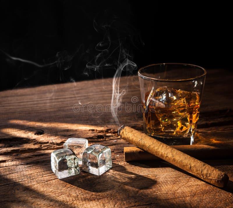 Whisky met rokende sigaar stock foto's