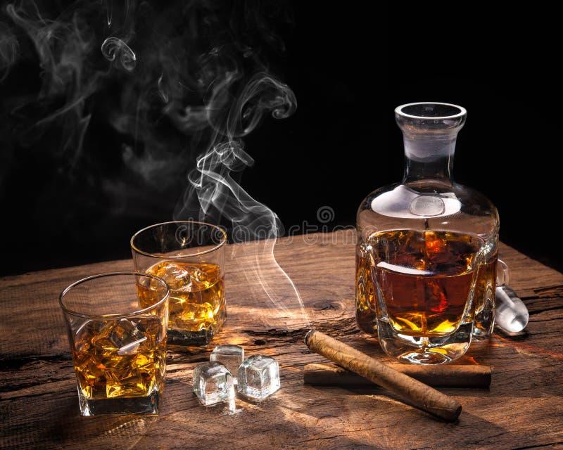 Whisky met rokende sigaar royalty-vrije stock afbeeldingen