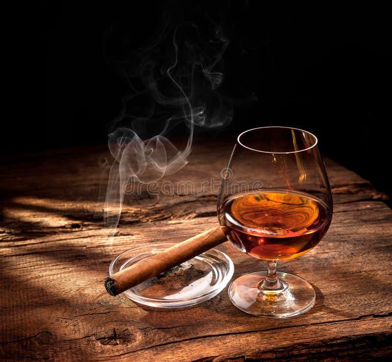 Whisky met rokende sigaar stock foto