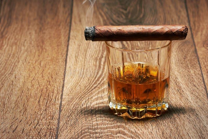 Whisky och cigarr arkivfoto