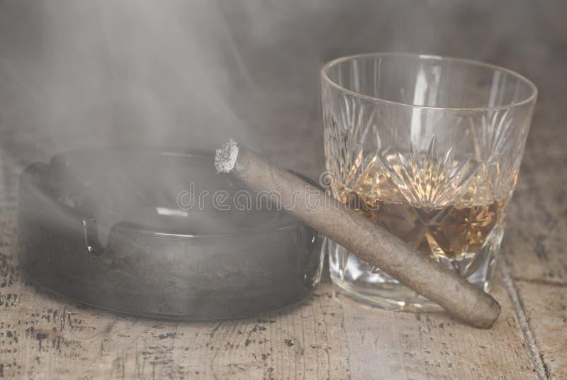Whisky och cigarr arkivbild
