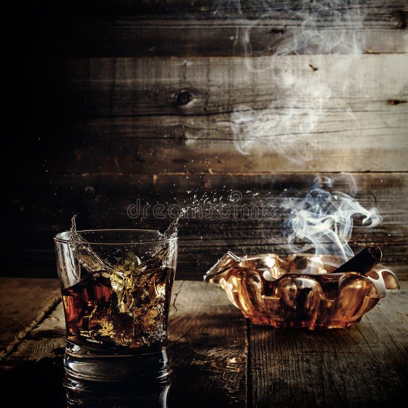 Whisky och cigarrer arkivbilder