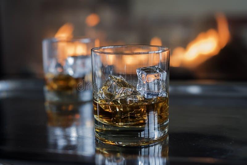 Whisky på vaggar vid branden royaltyfria bilder