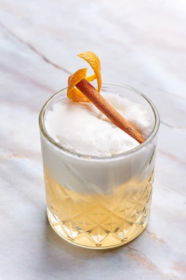 Whisky podśmietania alkoholu koktajl z jajecznym bielem, pomarańczowym cedrem i cynamonem, fotografia stock