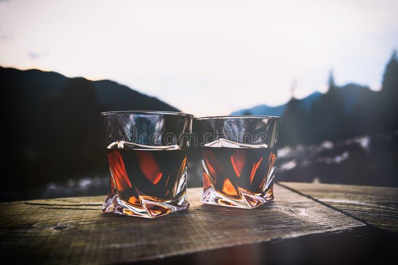 whisky przy zmierzchu dramatycznym niebem na g?ra krajobrazu tle zdjęcia stock