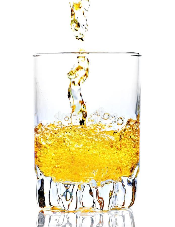 Whisky, rum o qualunque altro liquore dorato che sono versati immagine stock libera da diritti
