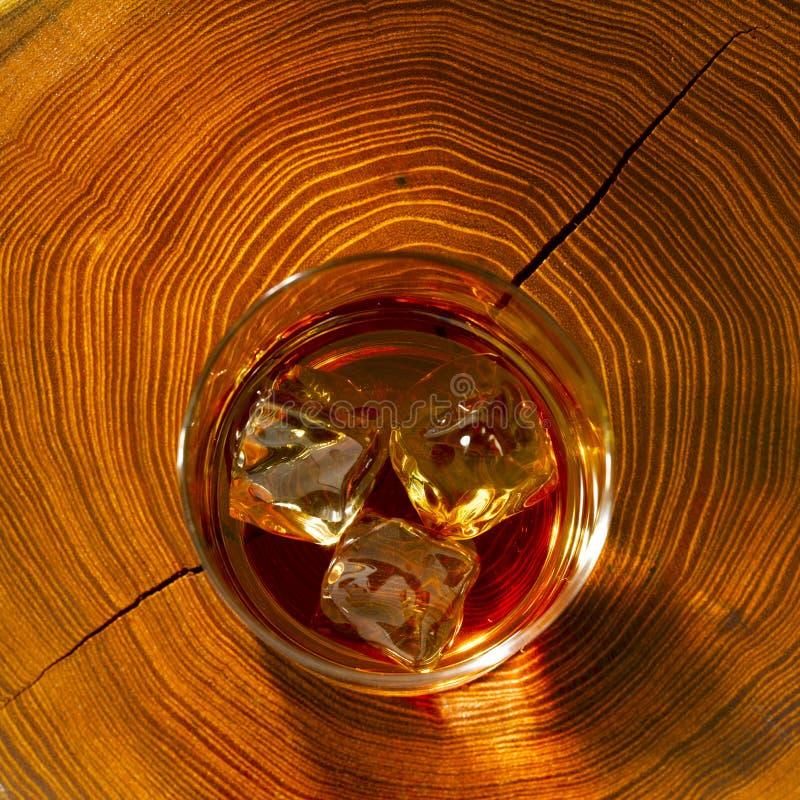 Whisky sulle rocce e sul legno fotografia stock libera da diritti