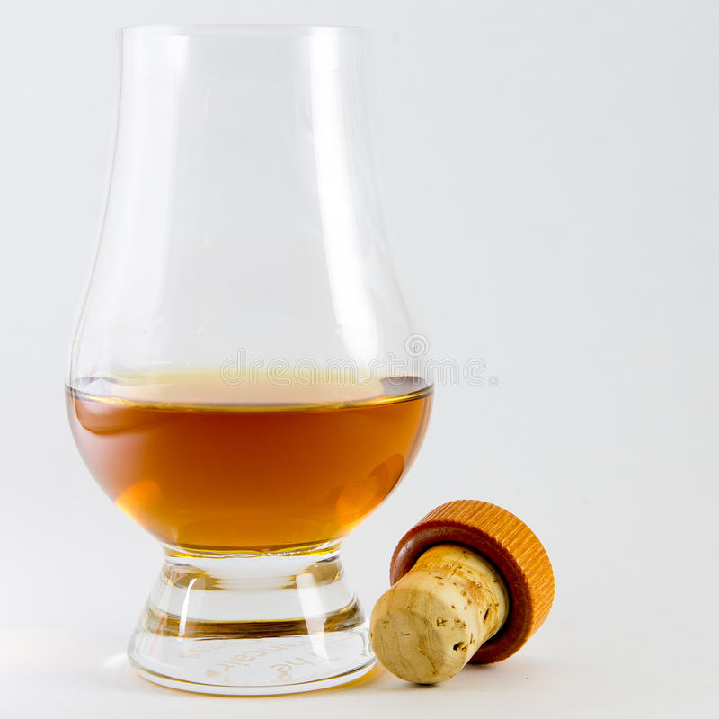 Whisky szkło z whisky i korkiem zdjęcie royalty free