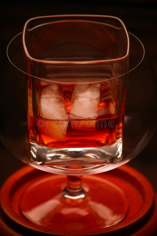Whisky szklany drewniany tło zdjęcie stock
