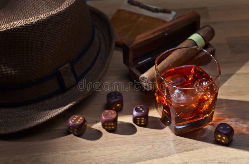Whisky und Würfel lizenzfreie stockbilder