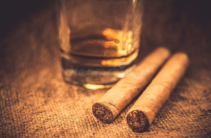 Whisky und Zigarren lizenzfreie stockfotos