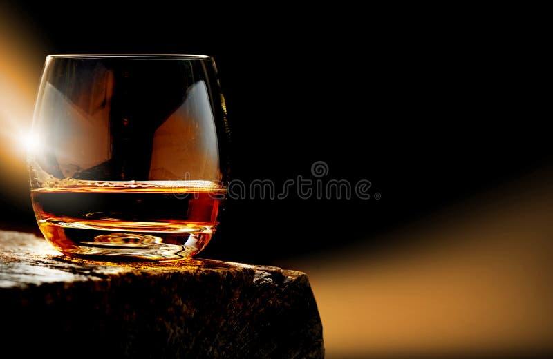 Whisky, vidrio del whisky en la tabla de madera fotos de archivo