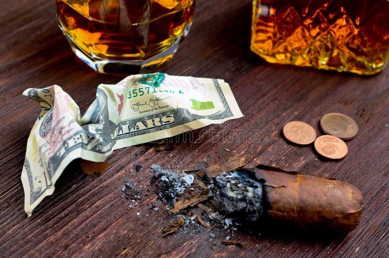Whisky w szkle z cygarem, pieniądze i karafką rocznik, zdjęcie stock