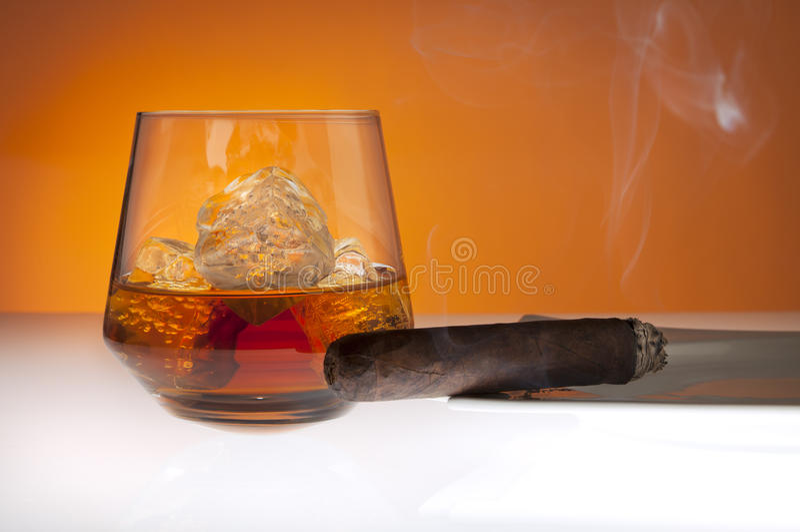 Whisky y cigarro fotografía de archivo libre de regalías