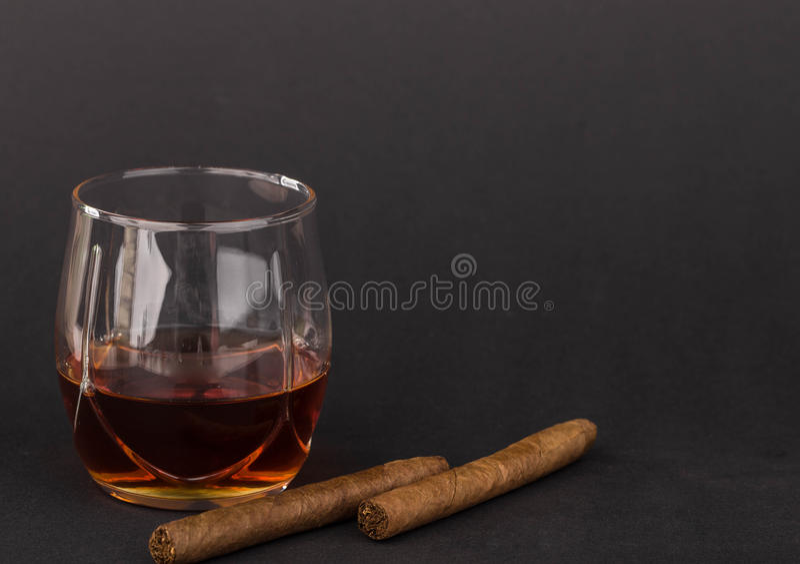 Whisky y cigarros foto de archivo