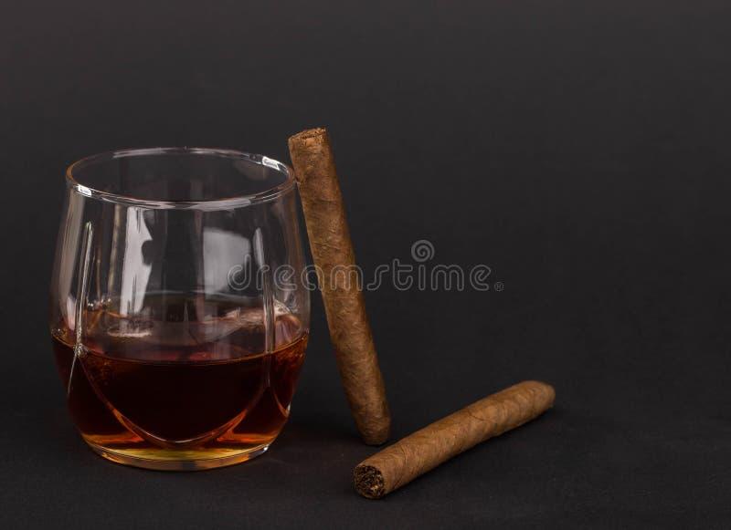 Whisky y cigarros imagen de archivo libre de regalías